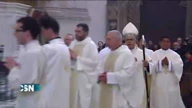 El arzobispo se postra para pedir perd�n