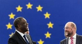 El presidente del Parlamento Europeo, Martin Schulz (dcha), observa al ginec�logo congole�o Denis Mukwege (izda) durante la entrega del premio S�jarov a la Libertad de Conciencia del Parlamento Europeo en Estrasburgo