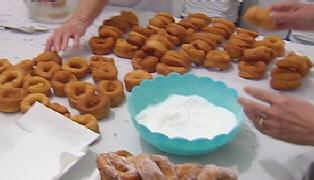 Voluntarias elaboran dulces de Semana Santa