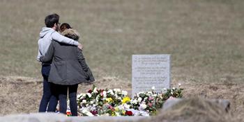 Familiares de las v�ctimas visitan el monolito en homenaje a los fallecidos del avi�n de Germanwings que se estrell� la pasada semana en Seyne-les-Alpes,