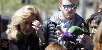 La periodista Nieves Herrero atiende a los medios a su llegada hoy a la capilla ardiente de Jes�s Hermida