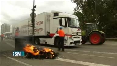Los agricultores franceses levantan los controles