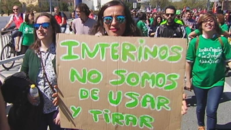 Miles de docentes interinos se manifiestan en Sevilla por un plan de estabilidad