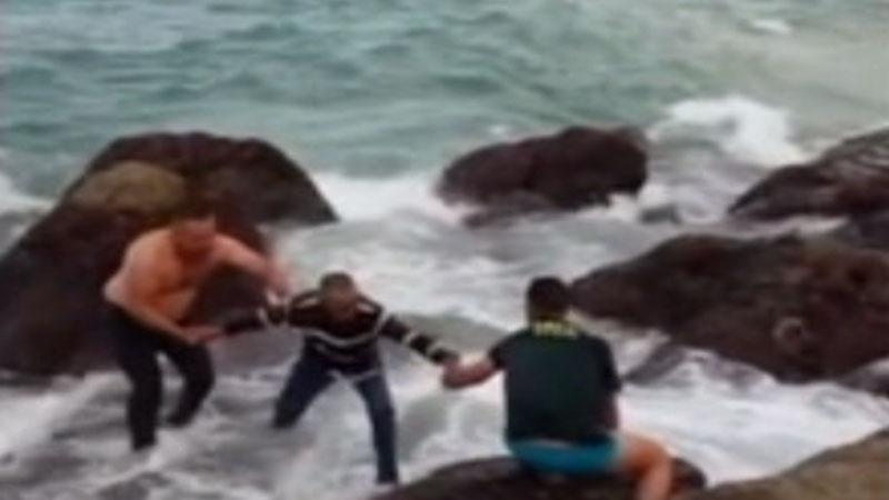 Tres Guardias Civiles se lanzan al agua y rescatan a 34 inmigrantes en la playa de Bolonia