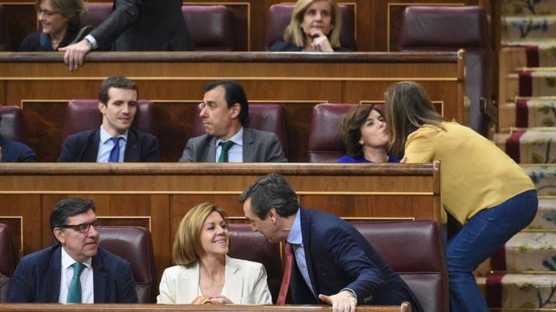 Sáenz de Santamaría y Cospedal competirán por la sucesión a Rajoy